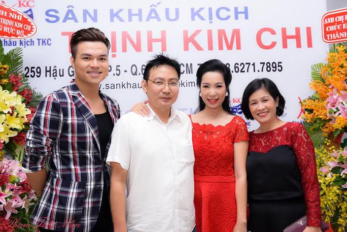Các nghệ sĩ đến chúc mừng Trịnh Kim Chi