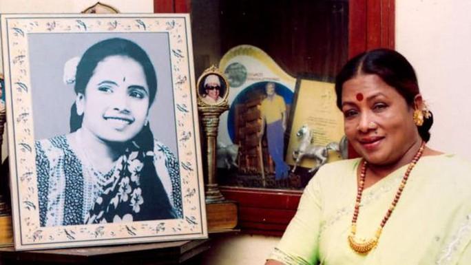 Manorama khi còn trẻ (trái) và khi về già