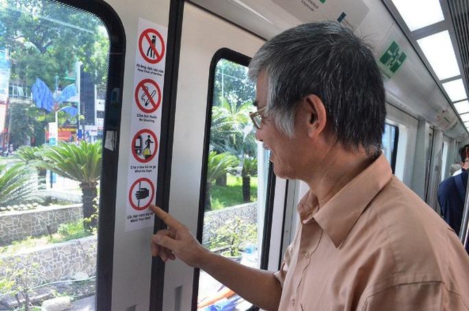 Các bảng cấm được dán bên cạnh cửa toa tàu