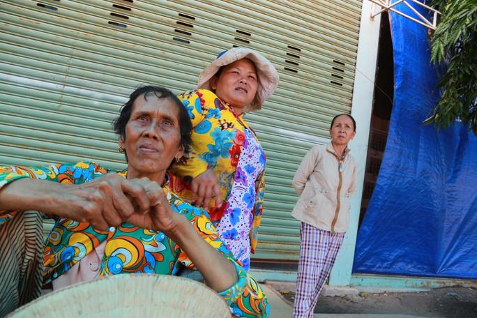 Nỗi bàng hoàng, đau xót trên gương mặt những người phụ nữ nhiều năm làm việc trong xưởng gỗ của gia đình ông Mỹ