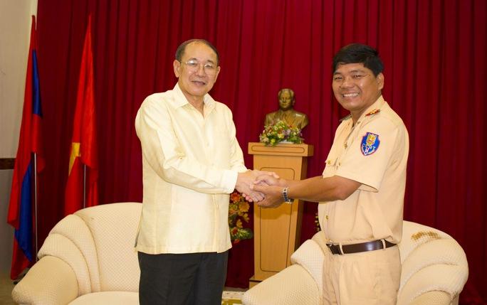 Ngài Sút Thi Đệt PhômMaLạt (Tổng Lãnh sự nước CHDCND Lào tại TP HCM) cảm ơn lực lượng Tuần tra Dẫn đoàn