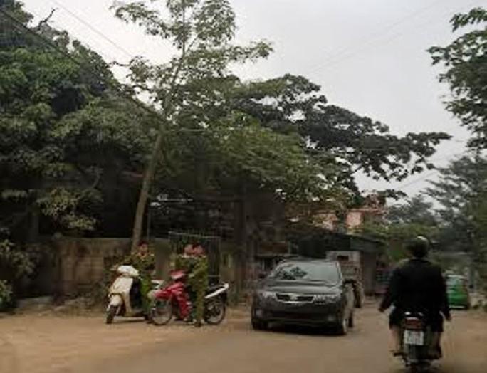 Lực lượng công an phong tỏa hiện trường để truy tìm phạm nhân trốn trại