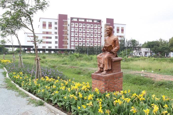 """Một trong những bức tượng mẫu ở """"Con đường danh nhân"""" trong ĐHQG TP HCM"""