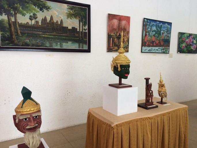 Những tác phẩm điêu khắc và tranh được trưng bày tại triển lãm