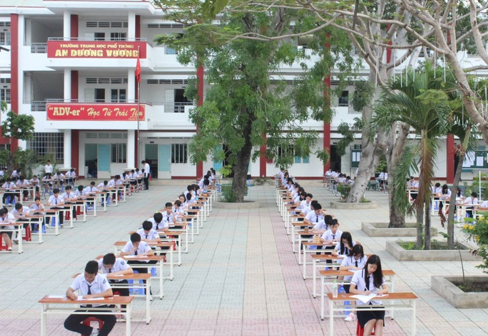 Học sinh của trường THPT An Dương Vương thi học kỳ 1 ở ngoài sân trường. (Ảnh: Facebook)