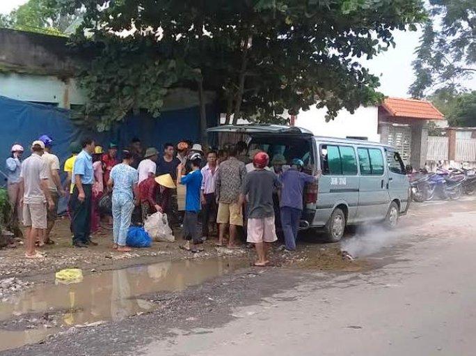 Hiện trường người phụ nữ ngã ra đường bị xe tải cán chết. Ảnh Bá Nghị