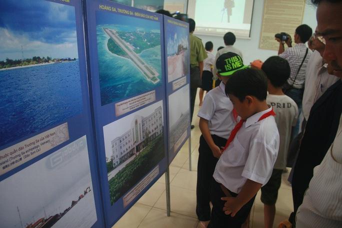 Học sinh xã đảo thích thú với bản đồ thể hiện 2 quần đảo Hoàng Sa, Trường Sa của Việt Nam