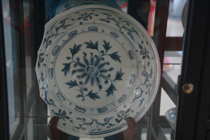 Sứ trắng vẻ lam và nhiều màu trang trí họa tiết hoa lá, gốm sứ Việt Nam thế kỷ XV, hiện vật thu được từ cuộc khai quật tàu đắm Cù Lao Chàm năm 2003-2007