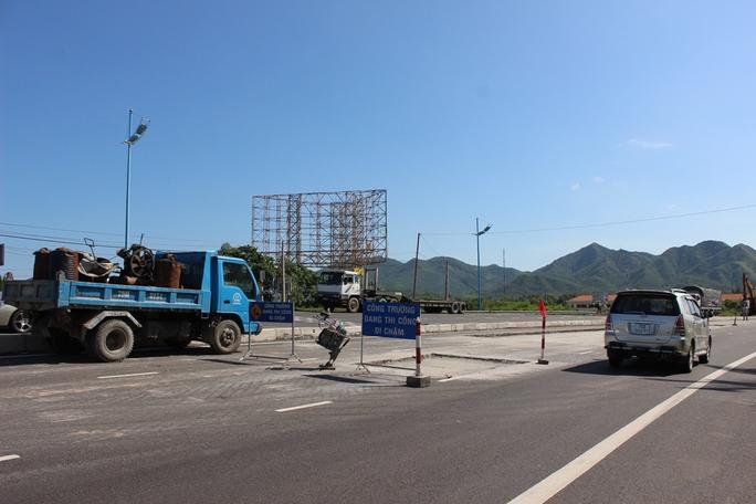 Một điểm đường hư đang được sửa chữa ở xã Vĩnh Lương, TP Nha Trang (Khánh Hòa)