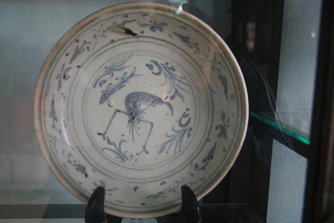 Đĩa vẽ xanh trắng, trang trí họa tiết tôm, cá, gốm sứ Việt Nam thế kỷ XV, hiện vật thu được từ cuộc khai quật tàu đắm Cù Lao Chàm năm 2003-2007