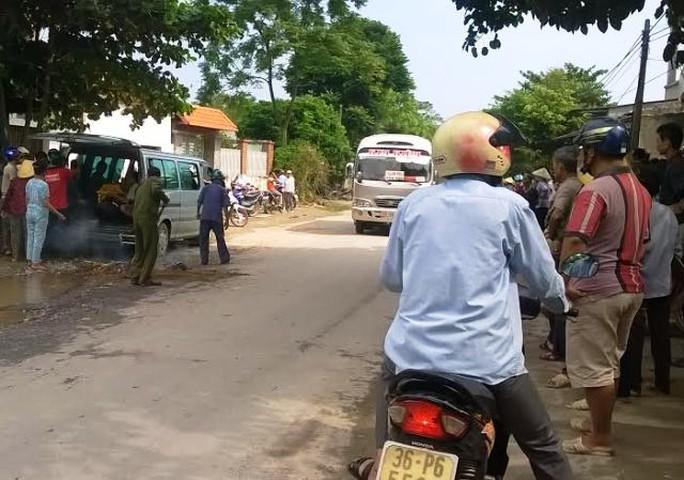 Người dân và người tham gia giao thông hiếu kỳ đứng lại xem vụ tai nạn. Ảnh Bá Nghị