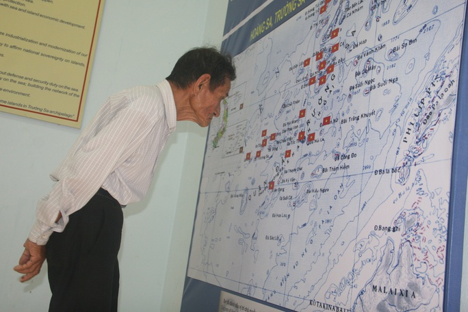Cụ Phan Văn Đồng (75 tuổi) cho biết người dân xã đảo Tân Hiệp rất vui khi nhìn ngắm những bằng chứng không thể chối cãi về chủ quyền của Việt nam đối với 2 quần đảo Hoàng Sa, Trường Sa