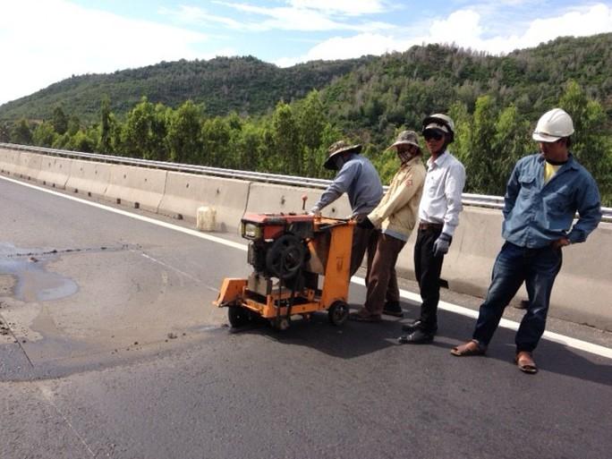 Sửa chữa đường hư trên đỉnh đèo Nại