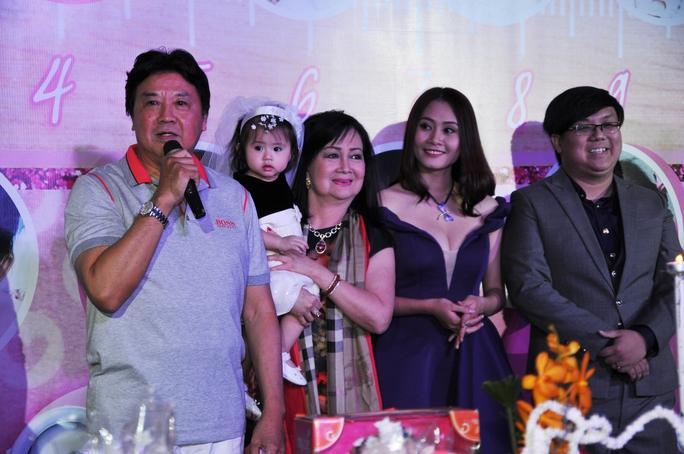 Danh hài Bảo Quốc nới lời cảm ơn khán giả, nghệ sĩ đồng nghiệp dành cho gia tộc mình, trong đó có gia đình nhỏ của NS Gia Bảo - Thanh Hiền - bé Thanh Vy.