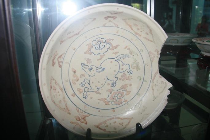 Đĩa vẻ nhiều màu, trang trí linh thú, hoa lá gốm sứ Việt Nam thế kỷ XV, hiện vật thu được từ cuộc khai quật tàu đắm Cù Lao Chàm năm 2003-2007