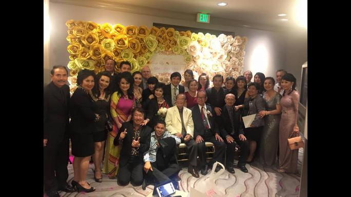 Các nghệ sĩ chụp ảnh lưu niệm với Văn Chung và Diệp Lang