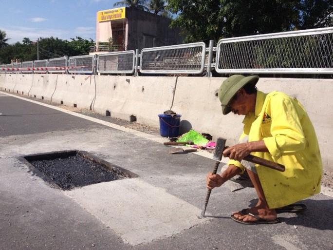 Vá Quốc lộ 1 bằng... xi măng ở phường Xuân Đài, thị xã Sông Cầu (Phú Yên)
