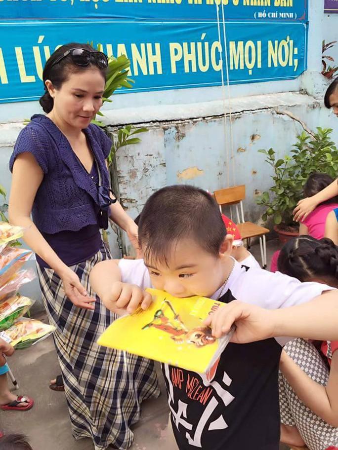 NSƯT Thanh Ngân trao quà cho các em khuyết tật trong ngày giáng sinh