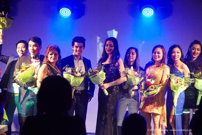 Các ca sĩ đến từ nhiều quốc gia đã nhận hoa của khán giả và Hội Việt Nam Fyn trao tặng sau đêm diễn tại TP Vejle.