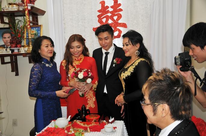 Cẩm Thu và bà sui cùng trao tặng quà cưới cho hai con