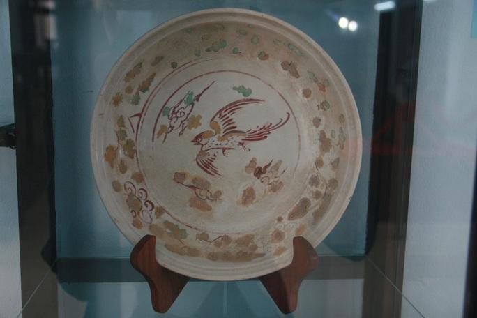 Sứ trắng vẻ lam và nhiều màu trang trí họa tiết chim, gốm sứ Việt Nam thế kỷ XV, hiện vật thu được từ cuộc khai quật tàu đắm Cù Lao Chàm năm 2003-2007