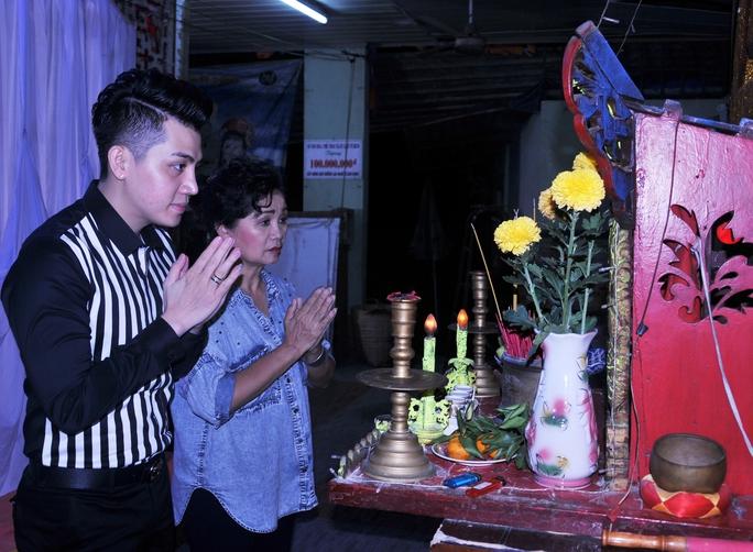 Nghệ sĩ Xuân Hương và ca sĩ Trung Hưng khấn nguyện trước Bàn thờ Tổ trong Khu dưỡng lão nghệ sĩ TP HCM