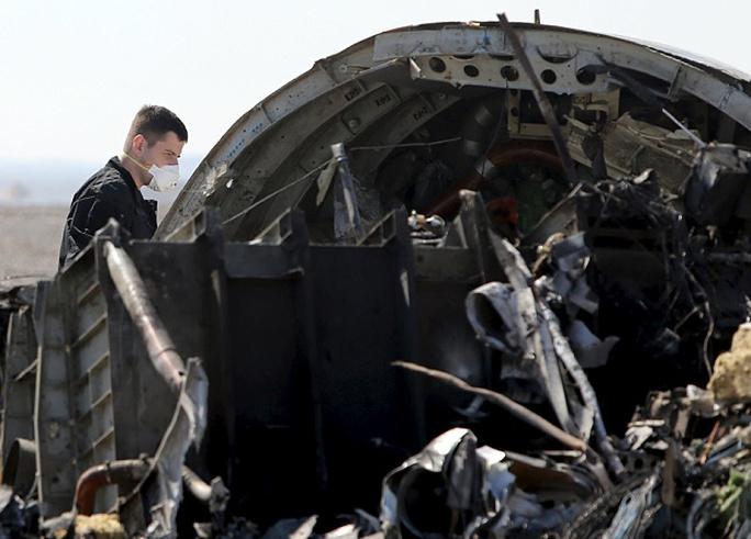 Các nhà điều tra bắt đầu mổ hộp đen để tìm nguyên nhân tai nạn. Ảnh: Reuters