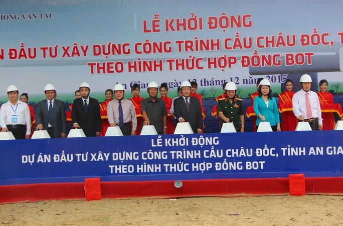 Phó Thủ tướng Phạm Bình Minh cùng lãnh đạo tỉnh An Giang và các bộ ngành ấn nút khởi động dự án cầu Châu Đốc.