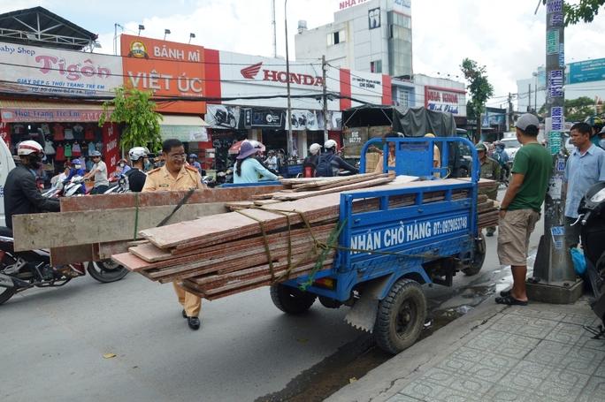 Xe tải cán chết người chạy xe ba gác