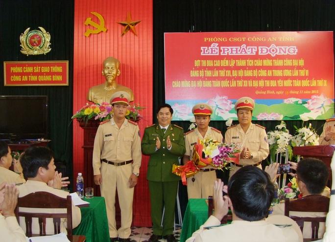 Lãnh đạo ngành công an tỉnh Quảng Bình thưởng nóng cho tổ tuần tra bắt giữ đối tượng vận chuyển ma túy.