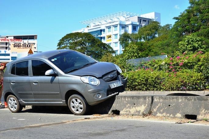 Hoảng vía với nữ tài xế cho ô tô leo dải phân cách