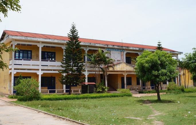 Người dân cho rằng cơ sở vật chất Trường THCS Nghi Thiết khang trang không việc gì phải chuyển con em họ tới trường mới học cho vât vả.