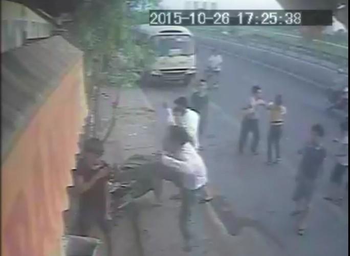 Nhóm côn đồ lao vào tấn công chị Nguyễn Thị Chung và các nhân viên trong quán - Hình ảnh từ camera