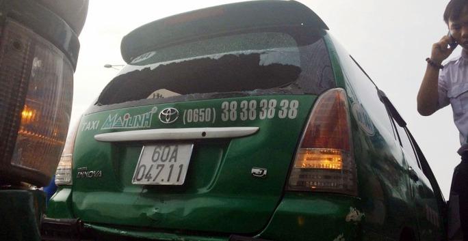 Chiếc taxi 7 chỗ đang dừng đèn đỏ bất ngờ bị xe buýt từ phía sau lao tới đâm cực mạnh khiến hàng chục hành khách một phen thót tim
