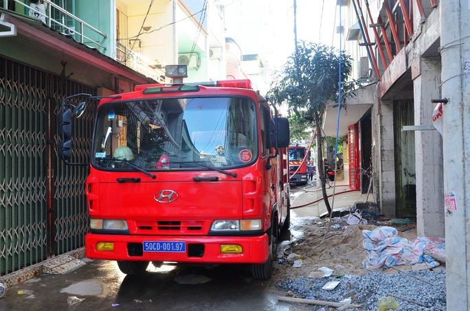 Lực lượng PCCC quận Bình Tân huy động 7 xe nước cùng gần 50 chiến sĩ đến hiện trường dập lửa. Ảnh: H.Âu