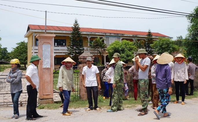 Nhiều người dân kéo lên UBND xã Nghi Thiết để phản đối việc sát nhập trường.