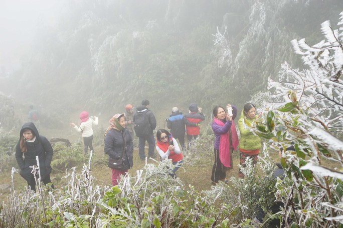 Du khách chiêm ngưỡng cảnh băng giá bao phủ dày đặc ở Ô Quý Hồ Ảnh: MINH QUÂN