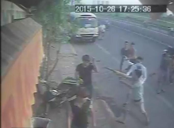 Rút súng đe dọa những người can ngăn - Hình ảnh từ camera
