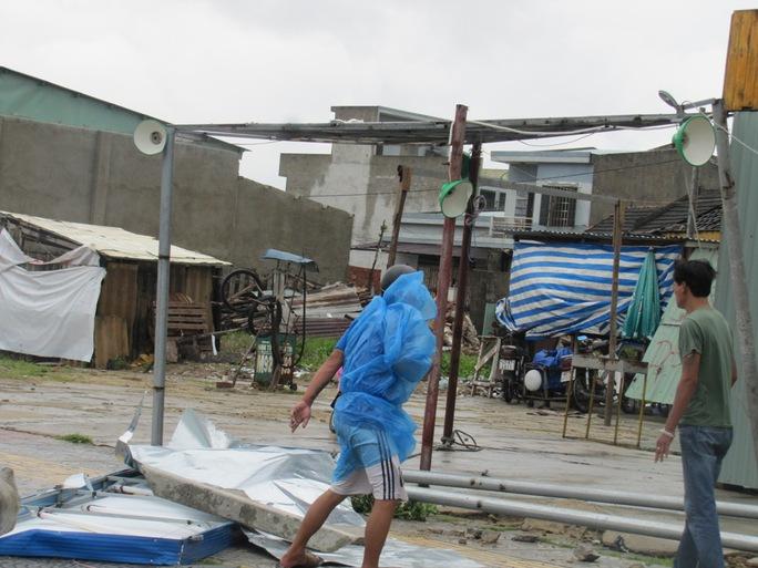 Những cơn gió mạnh gây gãy đổ các vật trên đường.