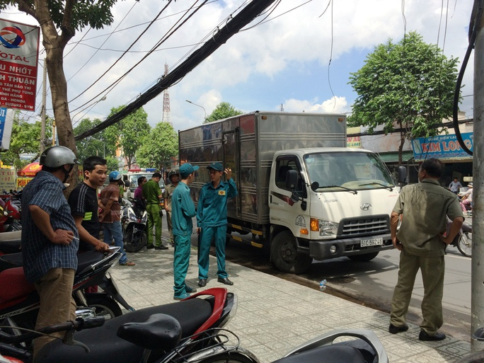 Sau tai nạn, tài xế xe tải tăng ga tháo chạy gần 500m thì bị người dân đuổi kịp yêu cầu quay trở lại hiện trường.