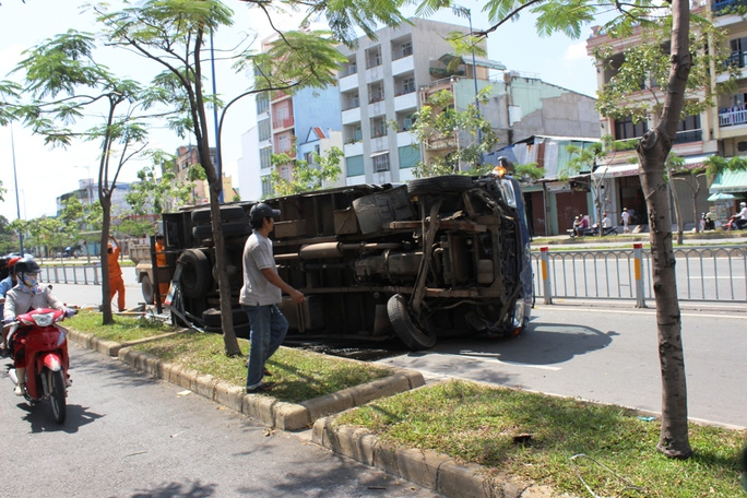 Đang lưu thông trên đại lộ Võ Văn Kiệt, xe tải bất ngờ nổ lốp tông sập gần 20 m dải phân cách rồi lật nhào