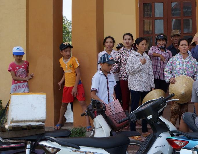Nhiều em học sinh nghi học theo bố mẹ lên UBND xã Nghi Thiết phản đối chủ trường sát nhập trương.