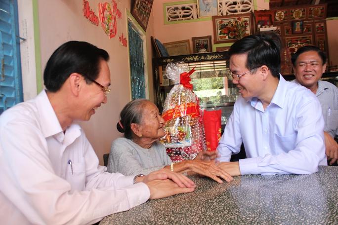 Phó Bí thư Thường trực Thành ủy TP HCM Võ Văn Thưởng (bìa phải) thăm hỏi mẹ Việt Nam anh hùng Đặng Thị Khà ở xã Tân Hưng, huyện Cái Bè, tỉnh Tiền Giang