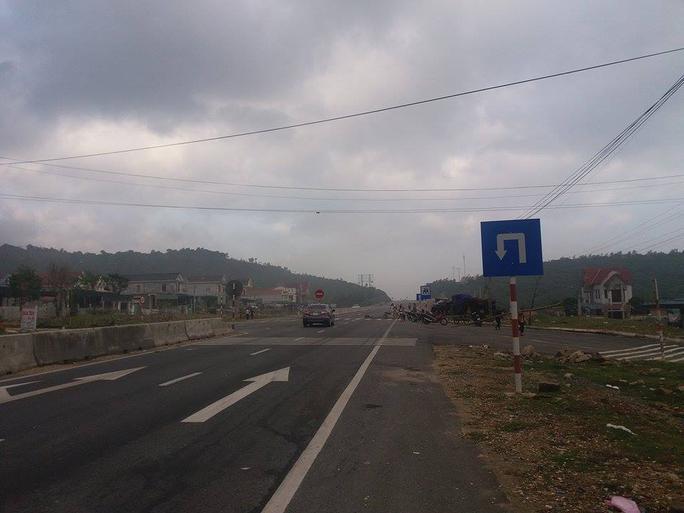 Đến sáng ngày 12-12, người dân bắt đầu giải tán, QL1 đã không còn ùn tắc - Ảnh: Hải Vũ