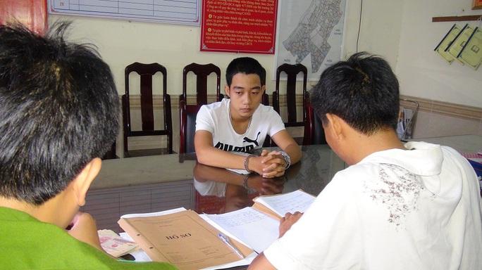 Hai trong số hàng chục đối tượng ở Duy Xuyên bị bắt vì có hành vi lừa đảo qua mạng