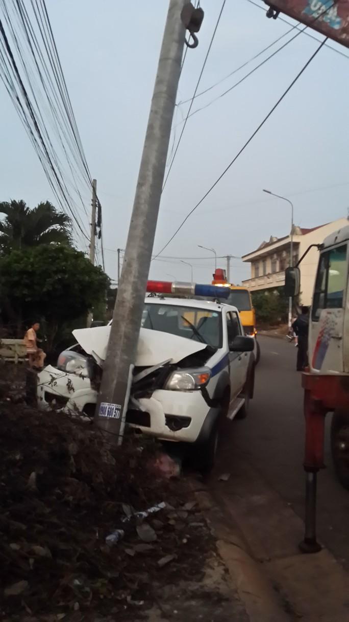 Đầu xe CSGT vỡ nát, cột điện gãy