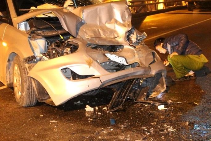 Xe ô tô 4 chỗ dập nát phần đầu sau cú va chạm mạnh