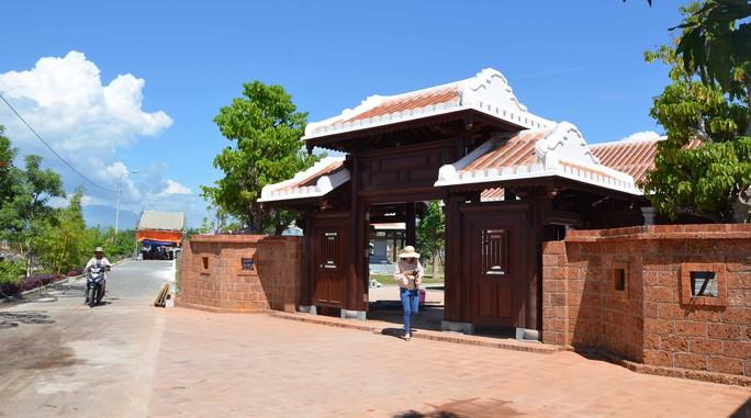 Cổng dẫn vào khu lưu niệm ông Nguyễn Bá Thanh nằm bên trong khuôn viên nghĩa trang gia tộc ở xã Hòa Tiến, huyện Hòa Vang