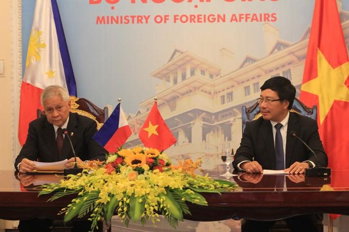 Bộ trưởng Ngoại giao Philippines Albert del Rosario (trái) và Phó Thủ tướng, Bộ trưởng Ngoại giao Phạm Bình Minh tại buổi họp báo