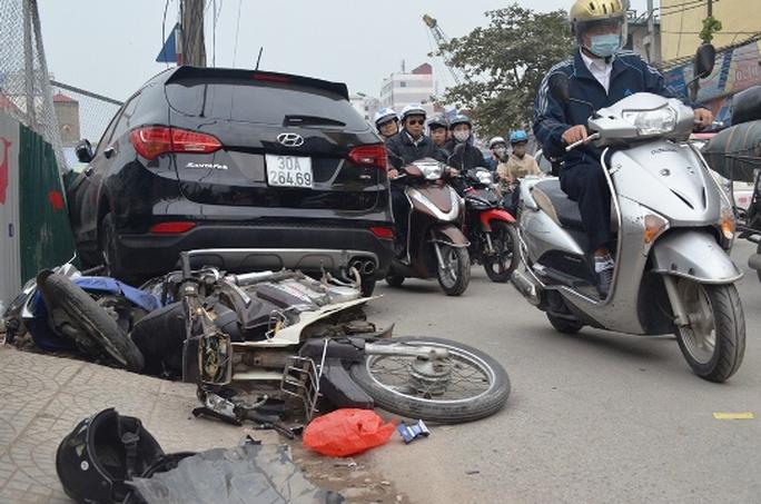 Hiện trường vụ tai nạn chiếc Hyundai Santafe mất lái gây tai nạn liên hoàn khiến 4 người bị thương